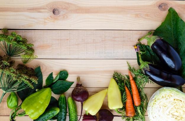 Свежесобранные овощи и травы на дереве. вид сверху Premium Фотографии