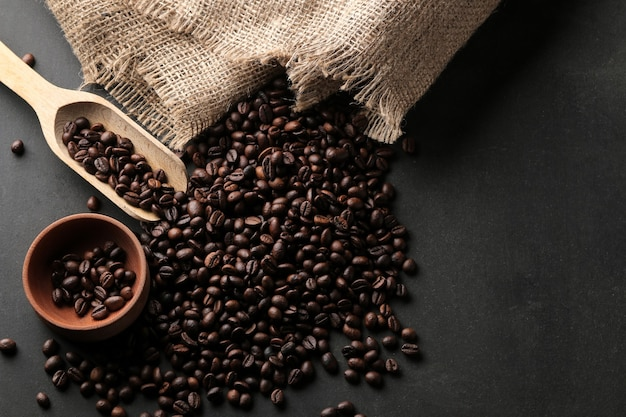 Свежеобжаренные кофейные зерна на столе Premium Фотографии