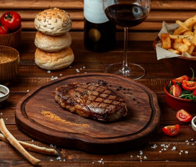 Жареный бифштекс на деревянной доске Бесплатные Фотографии