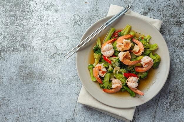Жареная брокколи с чесноком и креветками, тайская кухня. Бесплатные Фотографии