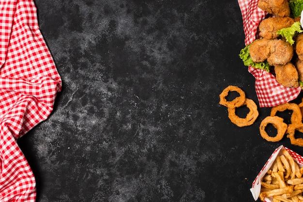 Жареные куриные и луковые кольца с копией пространства Бесплатные Фотографии