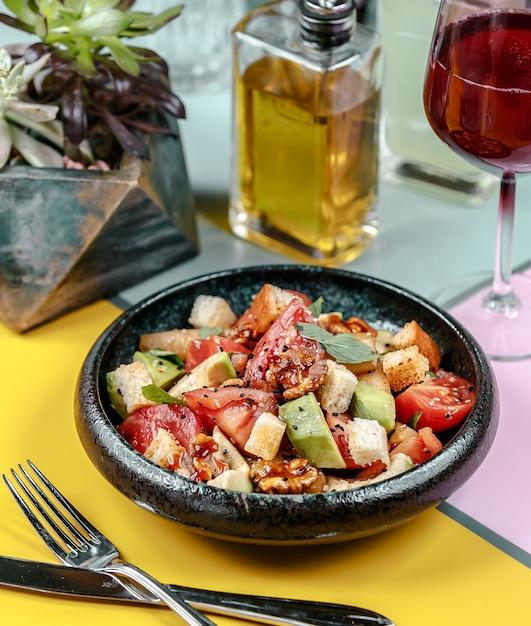 フライドチキンと野菜のテーブル 無料写真