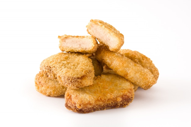 Жареные куриные наггетсы, изолированные на белом Premium Фотографии