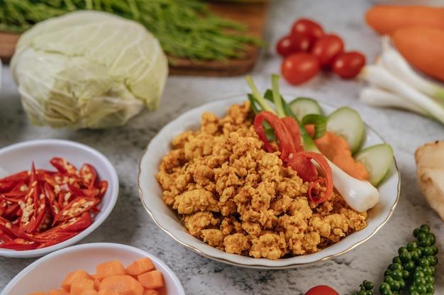 Fried chicken pop con chili scallions e pomodori. Foto Gratuite