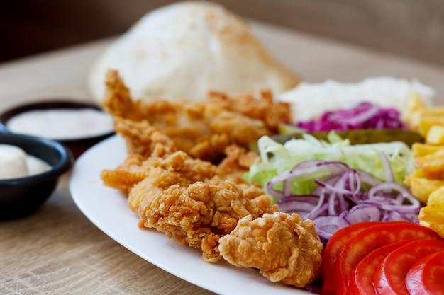 Жареные куриные крылышки и овощи Бесплатные Фотографии
