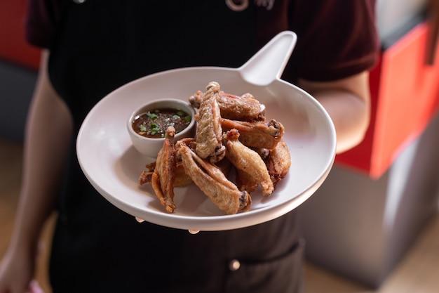 Жареные куриные крылышки с рыбным соусом Premium Фотографии