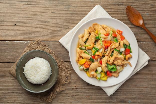 Жареный цыпленок с орехами кешью тайская еда. Бесплатные Фотографии