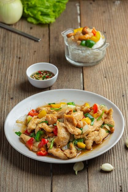 フライドチキンとカシューナッツのタイ料理。 無料写真