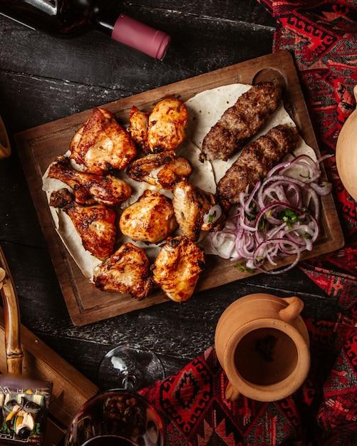 Pollo fritto con kebab di lule e cipolla affettata Foto Gratuite