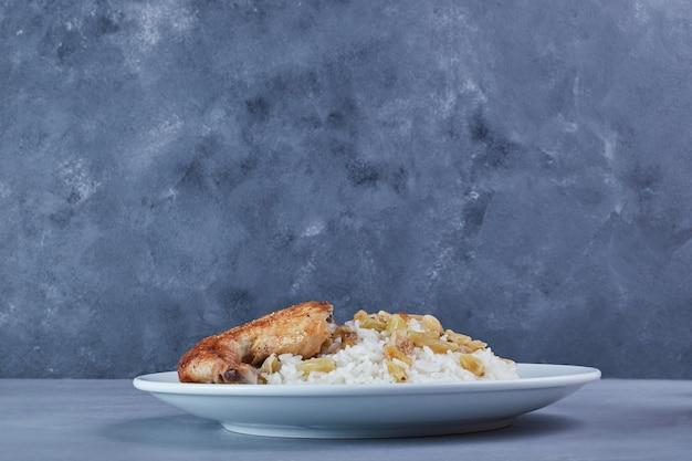 쌀 장식과 함께 프라이드 치킨. 무료 사진