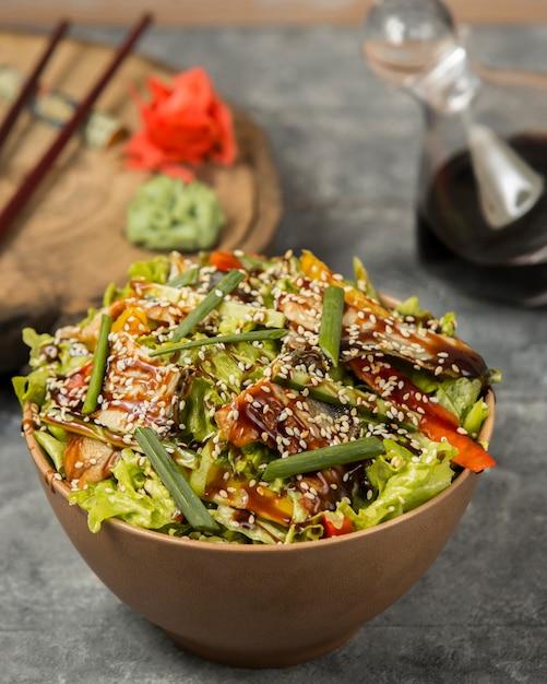 フライドチキンと野菜とゴマのソース 無料写真