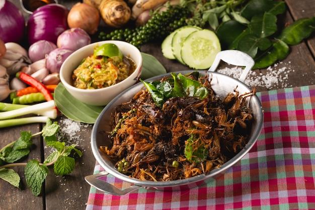 Жареный крикет с травами для здоровья, [isan food, жареный крикет с травами, isan thai, тайская еда Premium Фотографии