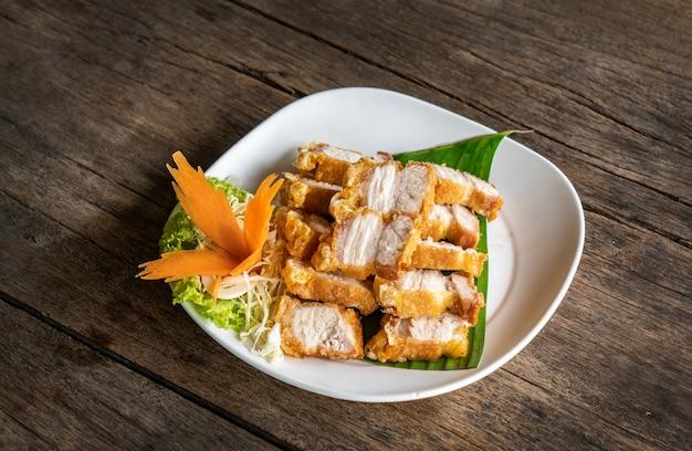 サクサクしたポークのフィッシュソース添え。タイ料理スタイルのコンセプト Premium写真