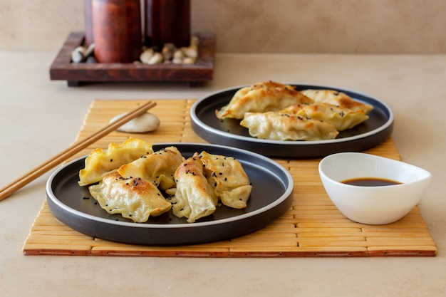 Жареные пельмени с соевым соусом. гёза. здоровое питание. вегетарианская пища. Premium Фотографии