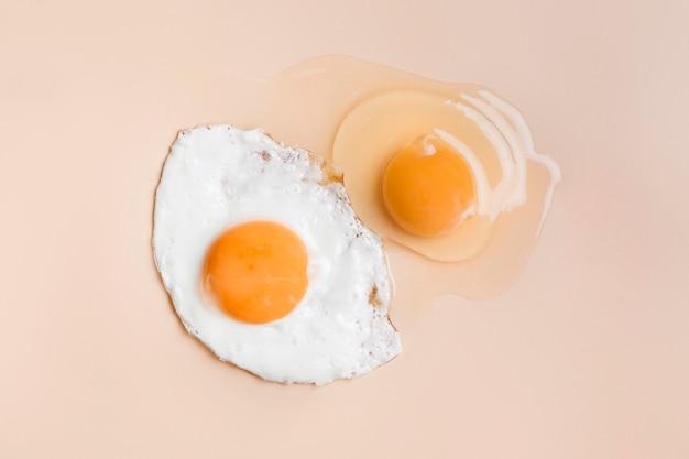 Жареное яйцо и сырой яичный желток Бесплатные Фотографии