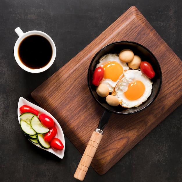 目玉焼きと野菜の朝食 無料写真