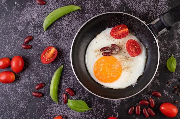 Жареное яйцо на сковороде. Бесплатные Фотографии