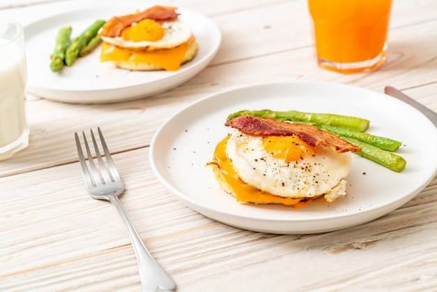 Fried egg with bacon and cheese on pancake Premium Photo
