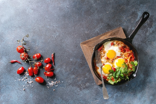 Fried egg with vegetables Premium Photo