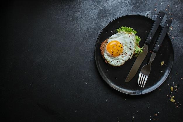 Fried eggs in avocado healthy breakfast Premium Photo
