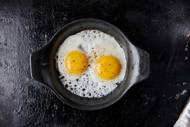 Vista dall'alto di uova fritte Foto Gratuite