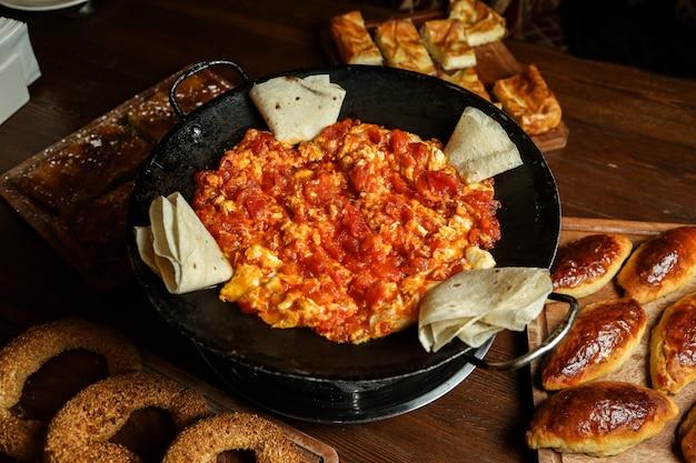 Uova fritte con pomodoro e lavash Foto Gratuite