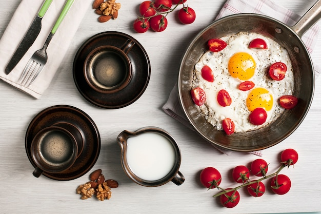 Fried eggs with tomatoes and coffee Free Photo
