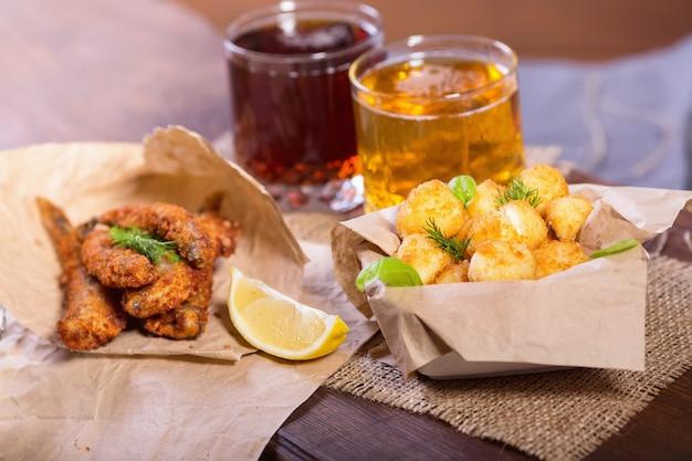 Жареные рыбные и сырные шарики с лимоном и зеленью Premium Фотографии