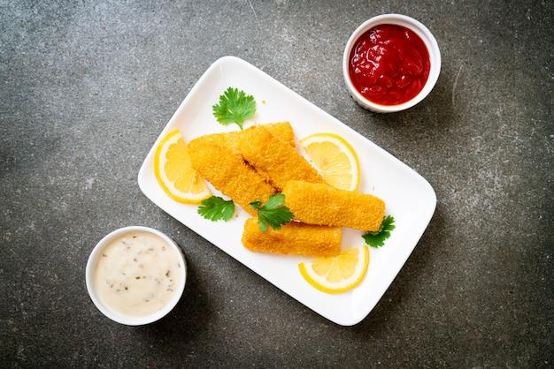 Палочка из жареной рыбы или картофель фри с соусом Premium Фотографии
