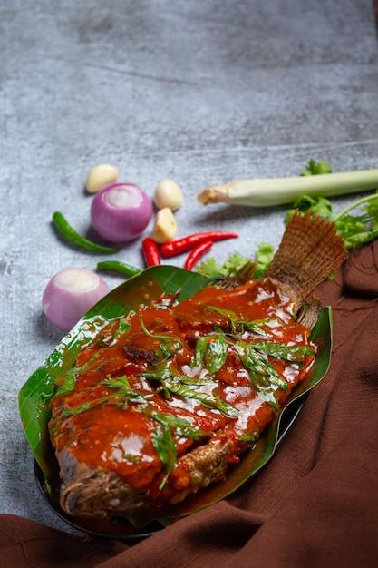 Жареная рыба с соусом чили, тайская еда. Бесплатные Фотографии