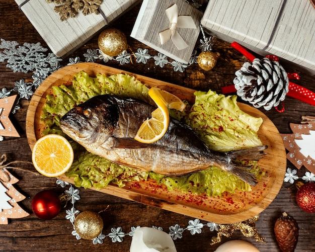 후추와 레몬 슬라이스를 얹은 튀긴 생선 무료 사진