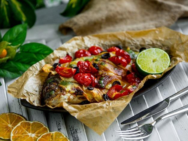 테이블에 야채와 생선 튀김 무료 사진