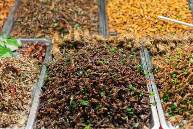 揚げた昆虫はタイで見つけやすい食べ物です。 Premium写真