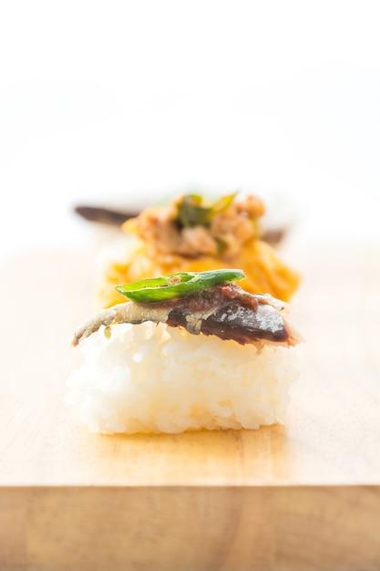 Жареная скумбрия с соусом из креветок в соусе Бесплатные Фотографии