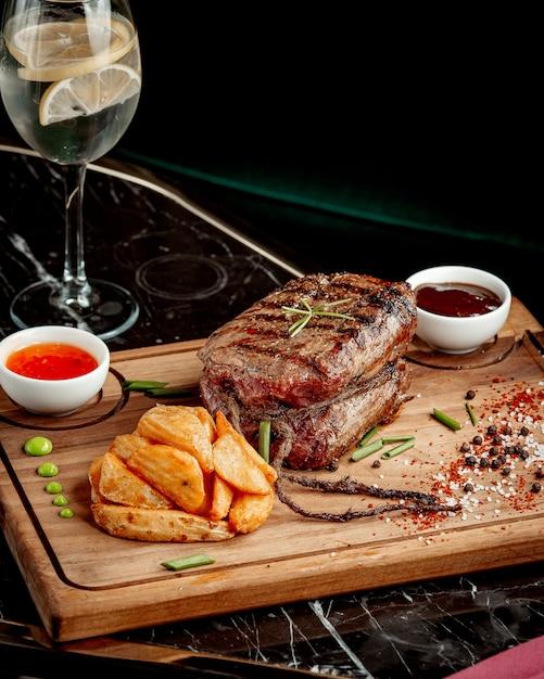 Жареное мясо и картофель фри с соусами Бесплатные Фотографии