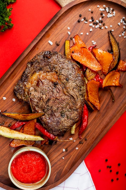 Fried meat steak with vegetables and seeds Free Photo