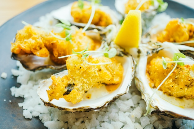 Fried oyster shell with sauce Free Photo
