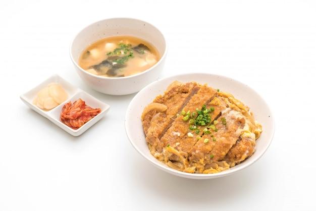 Fried pork cutlet rice bowl (katsudon) Premium Photo
