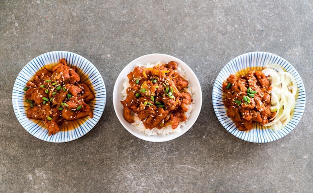 Fried pork with spicy korean sauce (bulgogi) on top rice Premium Photo