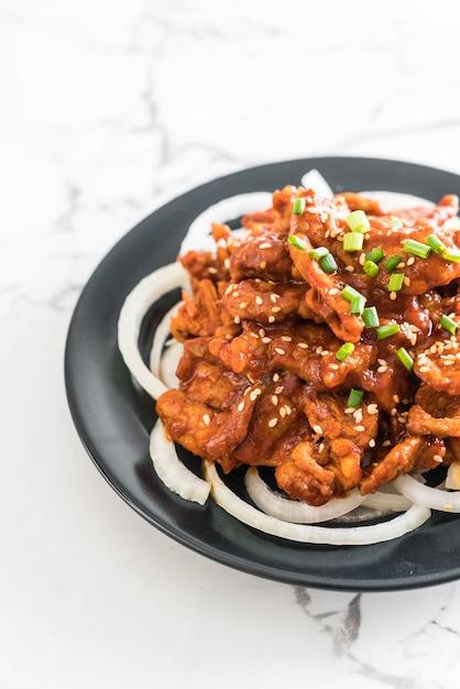 Fried pork with spicy korean sauce (bulgogi) Premium Photo