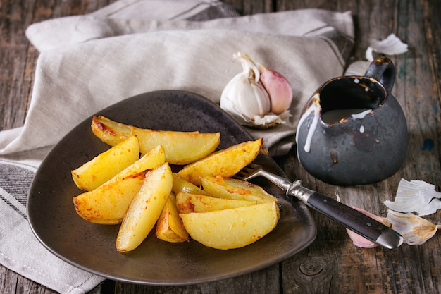 Fried potatoes with sauce Premium Photo