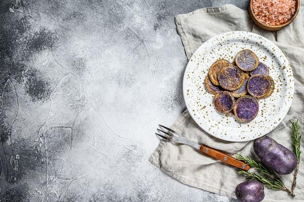 ピンクの塩で揚げた紫芋。灰色の背景。上面図。テキストのためのスペース Premium写真