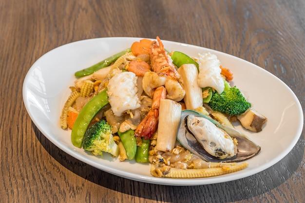 Fried rice noodle seafood Premium Photo