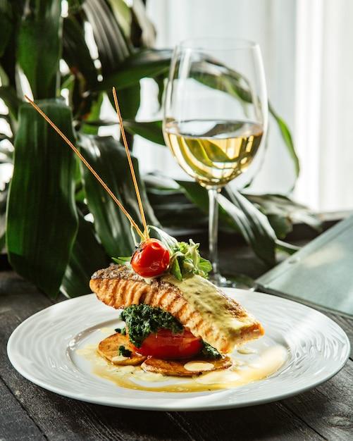 Жареный стейк из лосося с картофельными кольцами, помидорами и брокколи Бесплатные Фотографии