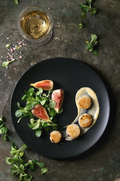Жареные морские гребешки с масляным соусом Premium Фотографии