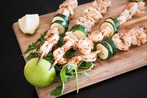 Fried shrimp kebabs with vegetables Free Photo