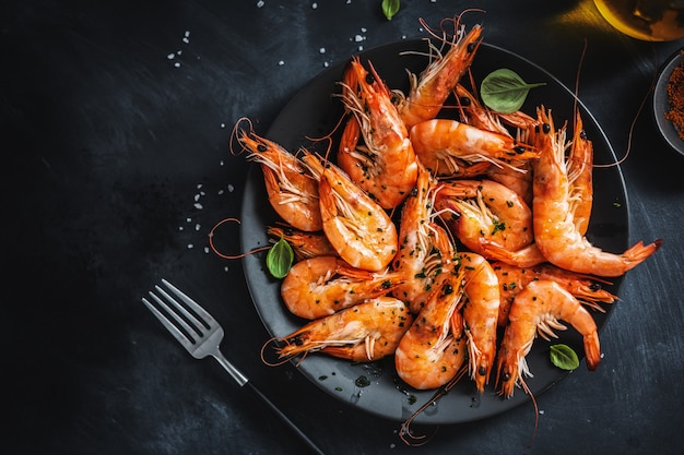 Fried shrimps with spices on plate Premium Photo