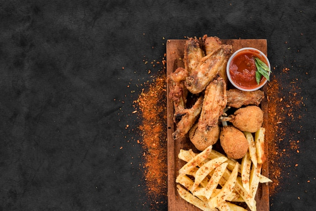 Fried spicy chicken and potato with sauce Premium Photo