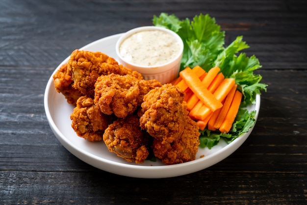 Fried spicy chicken wings Premium Photo