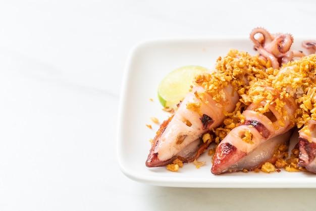 Жареный кальмар с чесноком Premium Фотографии